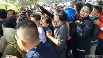 Ratusan Warga Kediri Berdesak-desakan Tukar Uang untuk Lebaran
