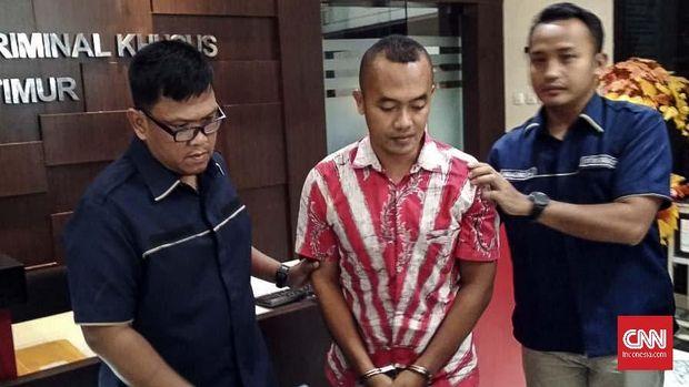 Hairil Anwar, seorang guru honorer SDN di Pamekasan, Madura, ditangkap dalma kasus ujaran kebencian terhadap Jokowi.