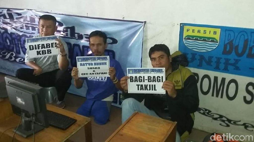 Puluhan Bobotoh Difabel Bandung Barat Bagi Takjil Gratis