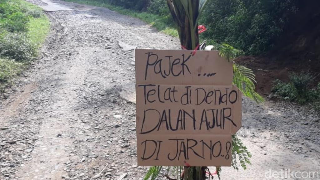 Protes Jalan Rusak, Warga Tulis Pajek Telat Didendo, Dalan Ajor Dijarno