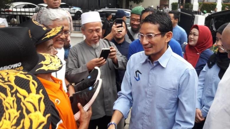 Sandiaga Beri Sepatu ke Relawan yang Jalan Kaki dari Semarang-Jakarta