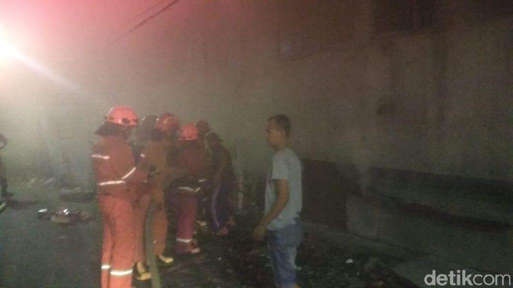 Petugas Berhasil Jinakkan Api yang Membakar Basement Pasar Kosambi