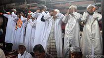 Potret 7 Muazin Kumandangkan Azan di Masjid Sang Cipta Rasa