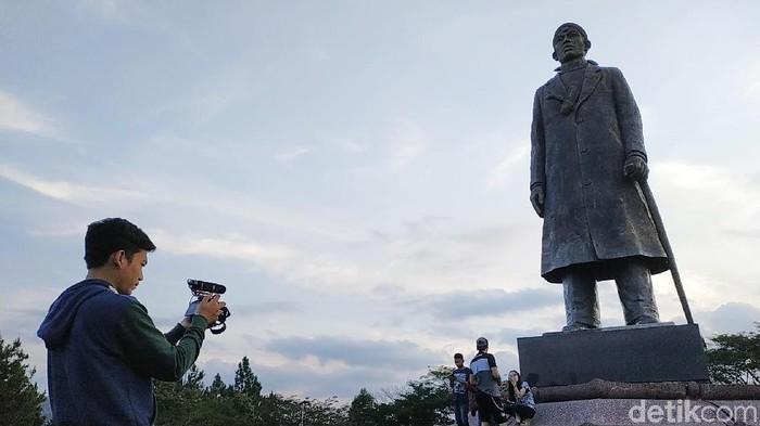 Kawasan Monumen Panglima Besar Jenderal Sudirman kerap dijadikan tempat ngabuburit warga Pacitan. Selain sarat nilai perjuangan, situs sejarah itu juga menyuguhkan keindahan panorama alam.