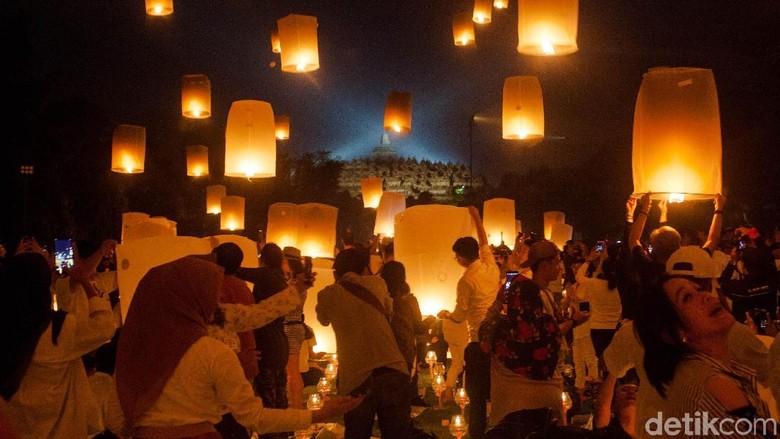 Cantiknya Borobudur Saat Disinari Ribuan Lampion Waisak