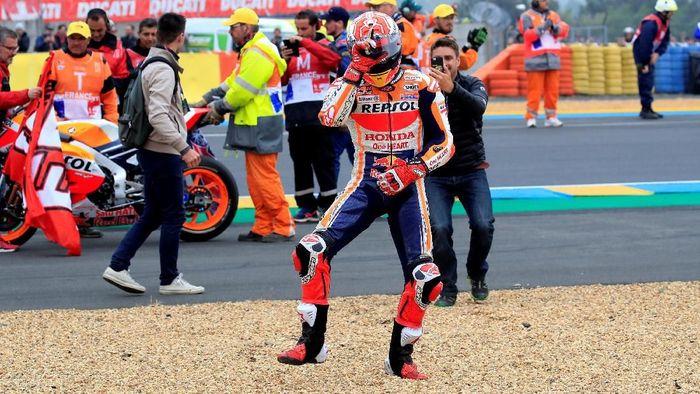 Pebalap Repsol Honda, Marc Marquez, merayakan kemenangan di MotoGP Prancis. (Foto: Gonzalo Fuentes/Reuters)