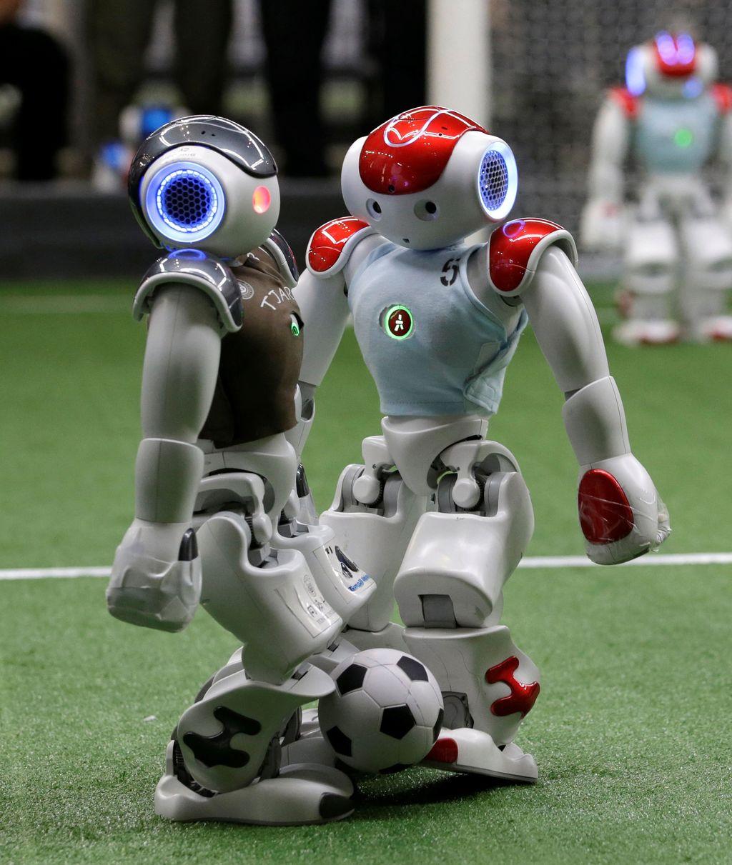 Robot tanding bola itu terjadi di ajang RoboCup Asia-Pacific Tianjin Invitational Tournament 2019. (Foto: Jason Lee/Reuters)