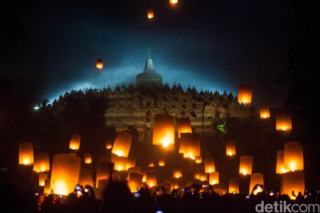 Sejumlah Biksu menerbangkan lampion perdamaian saat perayaan Waisak 2563 BE/2019 di Taman Lubini, Candi Borobudur, Magelang, Jawa Tengah, Minggu (19/5/2019). Pelepasan ribuan lampion itu merupakan simbol perdamaian serta menjadi rangkaian perayaan Tri Suci Waisak. ANTARA FOTO/Andreas Fitri Atmoko/wsj.