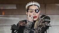 Madonna Pajang Foto Ciuman dengan Kekasihnya yang Lebih Muda 36 Tahun