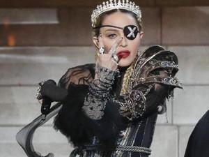 Pakai Baju Motif Coretan, Madonna Disebut Toilet Manusia oleh Desainernya