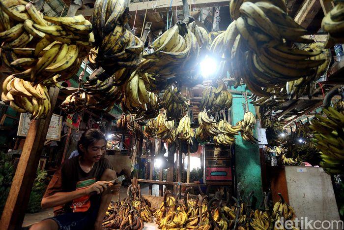 Pedagang pisang menggelar dagangannya di Pasar Kramatjati, Jakarta, Minggu (19/5/2019).