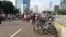 Warga Ramaikan CFD Sudirman-Thamrin dengan Olahraga Pagi