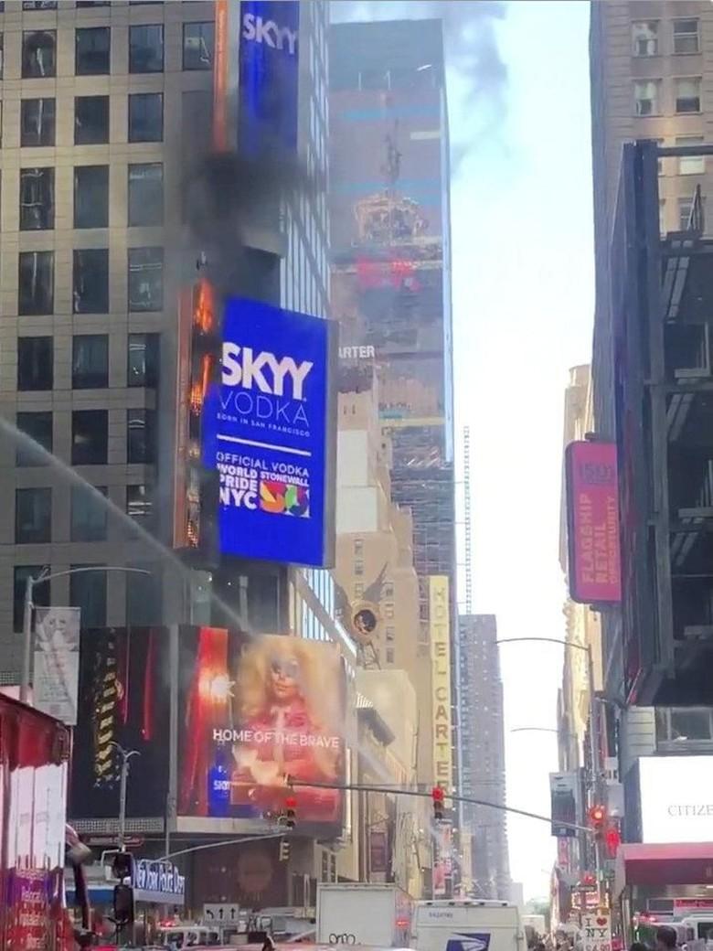 Billboard Tampilkan Iklan Gay di Times Square NY Terbakar