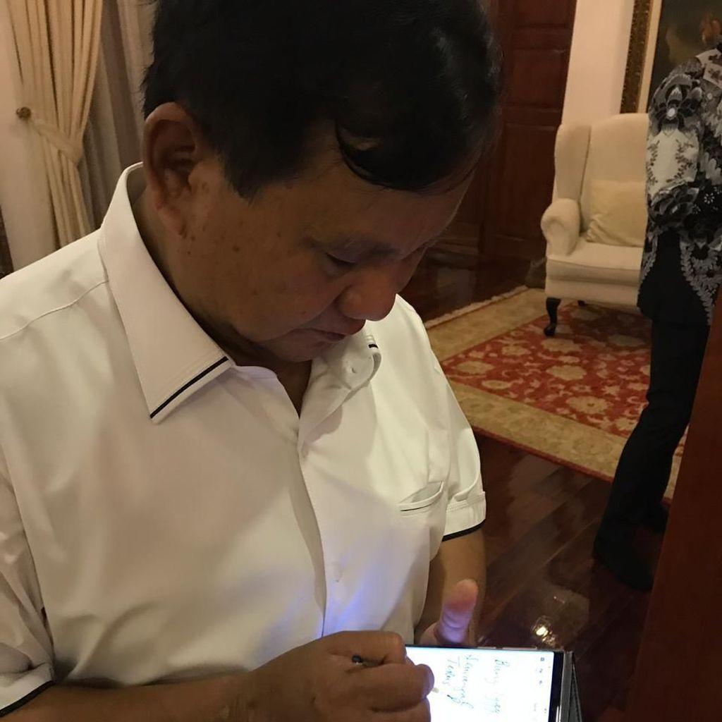 Tak Bisa Besuk, Prabowo Titip Salam Perjuangan ke Eggi Via Note