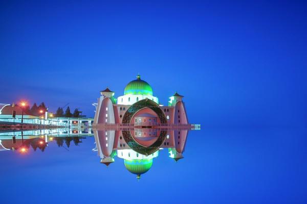 Waktu terbaik untuk melihat keindahan masjid ini adalah sunset dan malam hari. Lampu-lampu akan dinyalakan dan memberikan bias ke atas lautan. Banyak fotografer dunia yang datang untuk mengabadikan keindahan masjid ini.