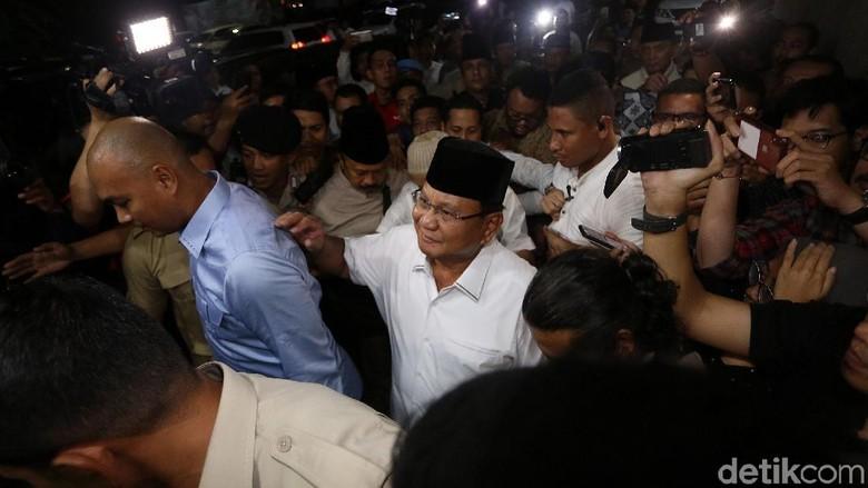 Jenguk Eggi dan Lieus, Prabowo Bawakan Nasi Padang untuk Sahur