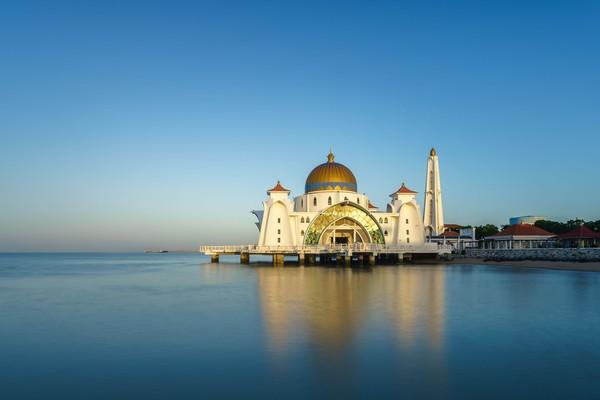 Saat laut pasang, masjid ini akan terlihat mengapung. Ini mengapa julukannya masjid terapung.
