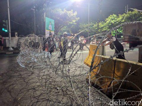 Jelang Rekapitulasi Selesai, Jalan Depan KPU Ditutup Kawat Duri