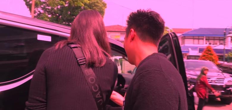 Baim Wong berikan Toyota Vellfire untuk Paula. Foto: Screenshot Youtube Baim Wong