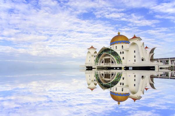 Masjid Selat Malaka baru dibuka pada tahun 2006. Pembangunan masjid menghabiskan dana sekitar Rp 36 miliar.