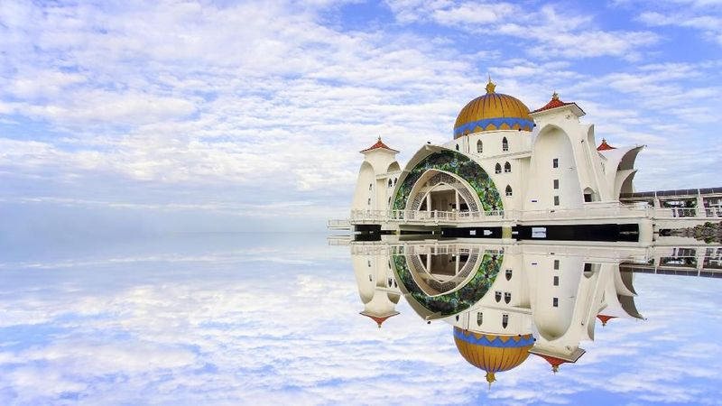 Masjid Selat Malaka, adalah rumah ibadah terapung di selat terpanjang dunia. Masjid ini berada di Selat Malaka, Malaysia (iStock)