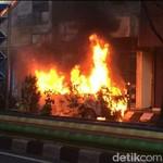 Duh! Parkir di Depan Rumah Tetangga, Mobil Malah Terbakar