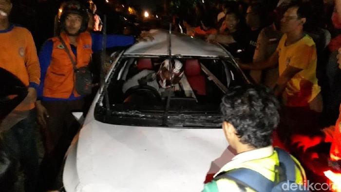Mobil terseret kereta api di Solo. (Foto: Bayu Ardi Isnanto/detikcom)