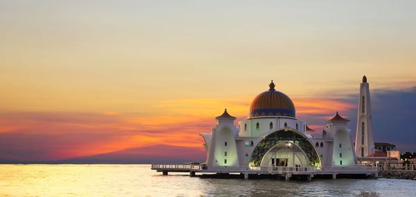 Masjid seluas 1,8 Hektar ini mampu menampung 2.000 jamaah dalam sekali ibadah.