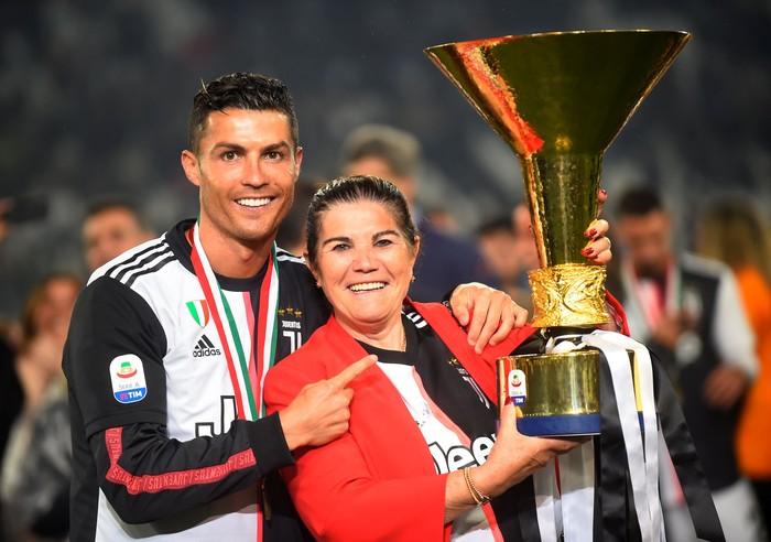 Cristiano Ronaldo dan ibunya. Foto: REUTERS/Massimo Pinca