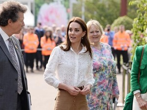 Kate Middleton Stylish Pakai Sneakers Lama, Harganya Rp 900 Ribu