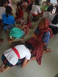 Tradisi Waisak di Lombok, Anak-anak Basuh Kaki Orang Tuanya