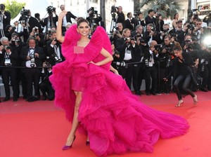 Deepika Padukone Tetap Cantik Meski Tanpa Makeup di Sampul Vogue
