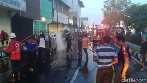 Tengah Melaju, Sebuah Mobil Carry Meledak dan Terbakar di Demak