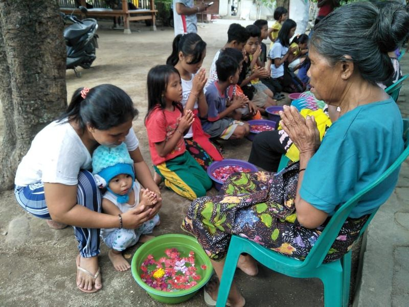 Acara ini rutin digelar saat perayaan Hari Ibu dan menjelang perayaan Waisak di Tebango, Desa Pemenenang Timur, Kecamatan Pemenang (Dok. Komunitas Kearifan Lokal Tebango)