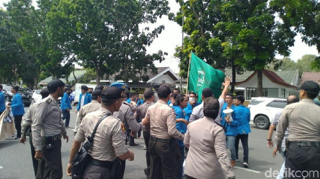 Demo di Kantor KPU Riau, Mahasiswa-Polisi Dorong-dorongan