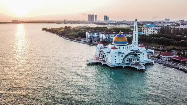 Sesuai namanya, masjid ini berada di tepi Selat Malaka, Malaysia. Konstruksi bangunan ini memiliki tiang pondasi yang tertancap di dasar laut.