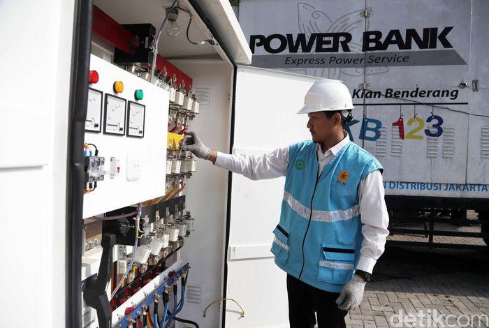 Petugas PLN memeriksa Power Bank PLN di kawasan JIExpo Kemayoran, Jakarta Pusat, Senin (20/5).
