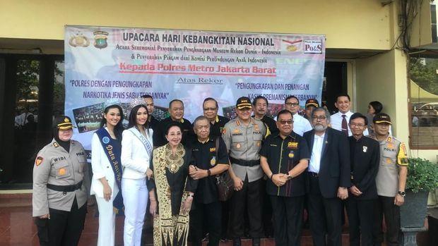 Penghargaan diberikan oleh Yayasan Putri Indonesia, MURI, Granat hingga Komnas PA.