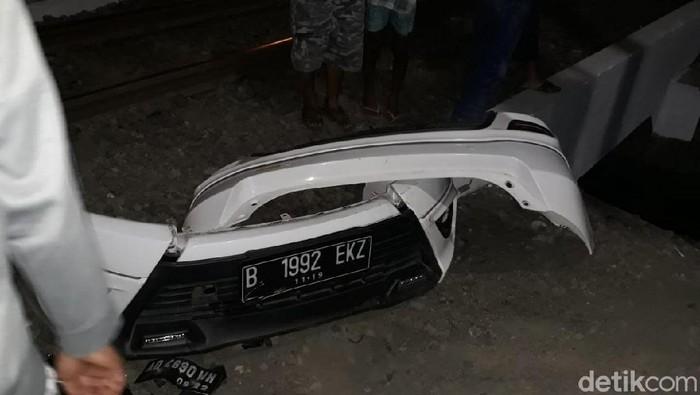 Bagian mobil yang terlepas akibat tertabrak KA di Solo (Foto: Bayu Ardi Isnanto/detikcom)