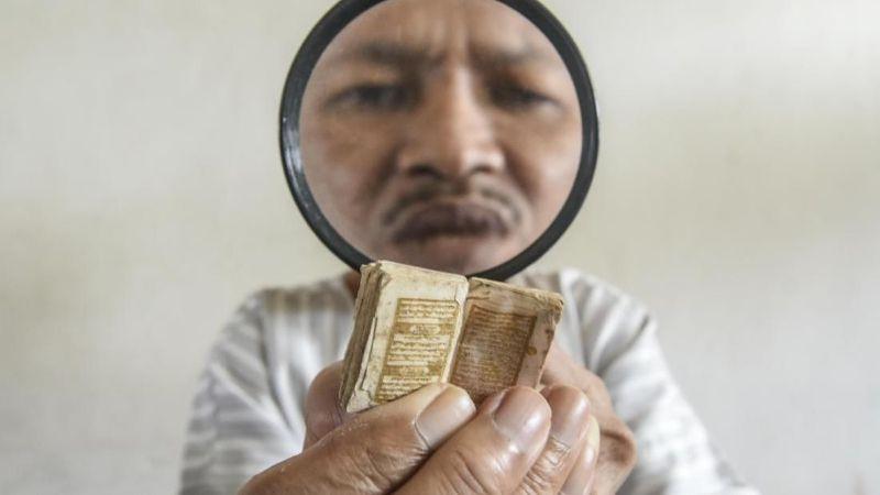 Inilah Al Quran terkecil di dunia yang berada di Bogor. Tepatnya di Masjid Jami Darussalam, Desa Pasir Jambu, kecamatan Sukaraja, Kabupaten Bogor (ANTARA FOTO/Muhammad Adimaja)