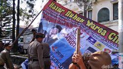 3 Spanduk Klaim Kemenangan Prabowo Diturunkan Satpol PP Cimahi