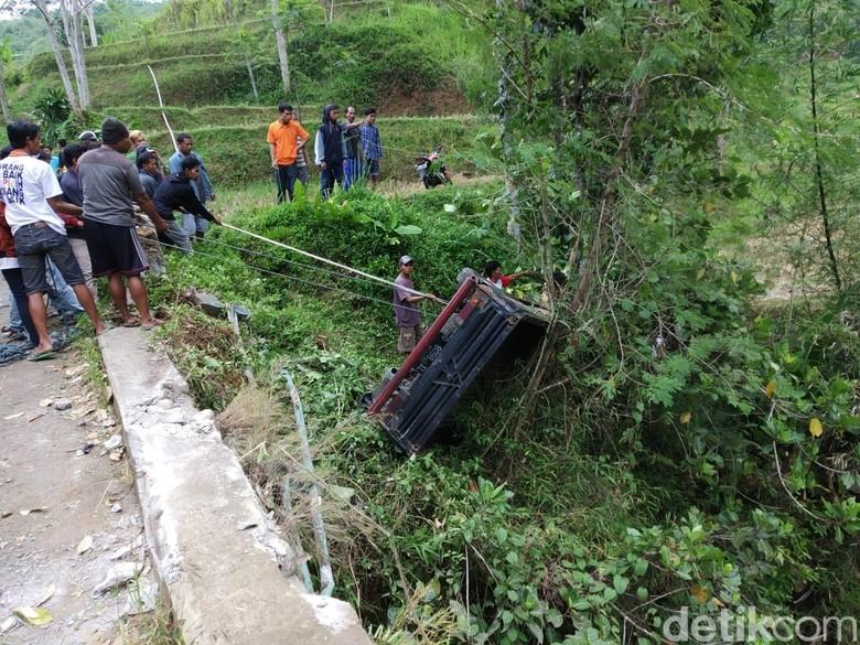Mobil Bak Terbuka Rombongan Ibu Habis Melahirkan Masuk Jurang di Tasikmalaya