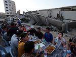 Potret Warga Palestina Buka Puasa di Sekitar Reruntuhan Bangunan