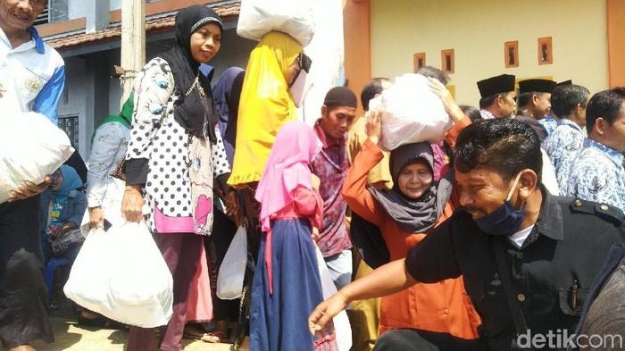 Warga Ciamis membeli kebutuhan pokok di kegiatan operasi pasar murah. (Foto: Dadang Hermansyah/detikcom)