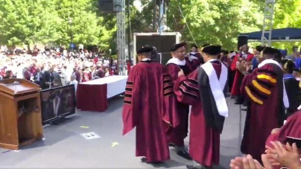 Miliarder AS Robert F Smith usai mengumumkan dirinya akan membayari utang ratusan mahasiswa yang lulus tahun ini