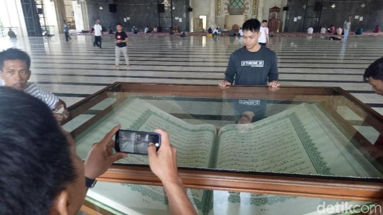 Alquran Raksasa di Masjid Raya Makassar (Ibnu Munsir/detikcom)