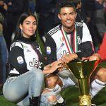 Aduh, Ronaldo Tak Sengaja Benturkan Trofi ke Kepala Anaknya