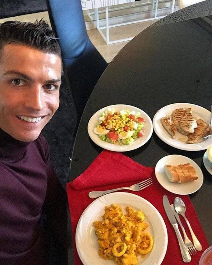 Selain masuk ke dalam salah satu pesepakbola terkenal dan handal, pemain Juventus, Cristiano Ronaldo memiliki kekayaan sekitar Rp 6,3 T. Ia juga suka mengunggah pose makannya, ada salad, seafood, hingga roti. Foto: Istimewa