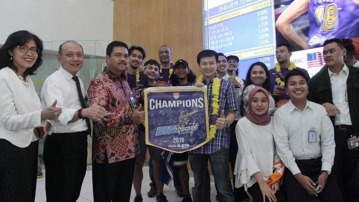 CLS Knights Indonesia memperoleh penghargaan dari sponsor utama Bank BTN (ANTARA FOTO/Reno Esnir)