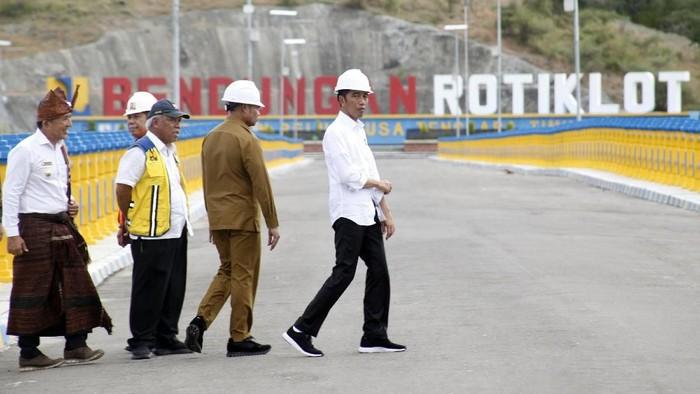 Suasana bendungan Rotiklot yang selesai dibangun oleh Kementerian Pekerjaan Umum dan Perumahan Rakyat (PUPR) di Atambua, Nusa Tenggara Timur, Jumat (17/5/2019). Bendungan Rotiklot dengan manfaat penyediaan air untuk lahan sawah seluas 139 hektare dan 500 hektare untuk palawija serta sebagai pengendalian banjir sekaligus mensuplai air baku untuk masyarakat di sekitar Pelabuhan Atapupu, menurut rencana akan diresmikan oleh Presiden Jokowi Widodo dan Menteri PUPR Basuki Hadimuljono pada (20/5). ANTARA FOTO/Yulius Satria Wijaya/foc.